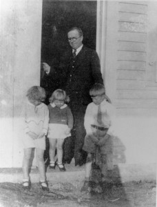 Earl Carter and his children in front of store (2)